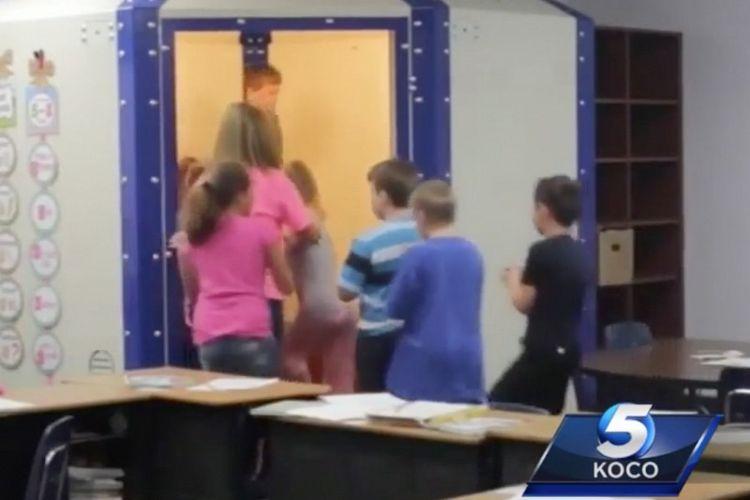 Murid-murid di Sekolah Healdton, Oklahoma, mencoba tempat perlindungan anti-peluru di dalam kelas mereka.
