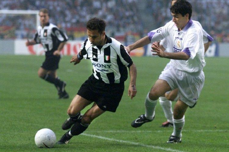 Dua pemain dengan nomor 7 di timnya masing-masing, Angelo Di Livio (Juventus) dan Raul Gonzalez (Real Madrid) pada sebuah pertandingan Liga Champions.