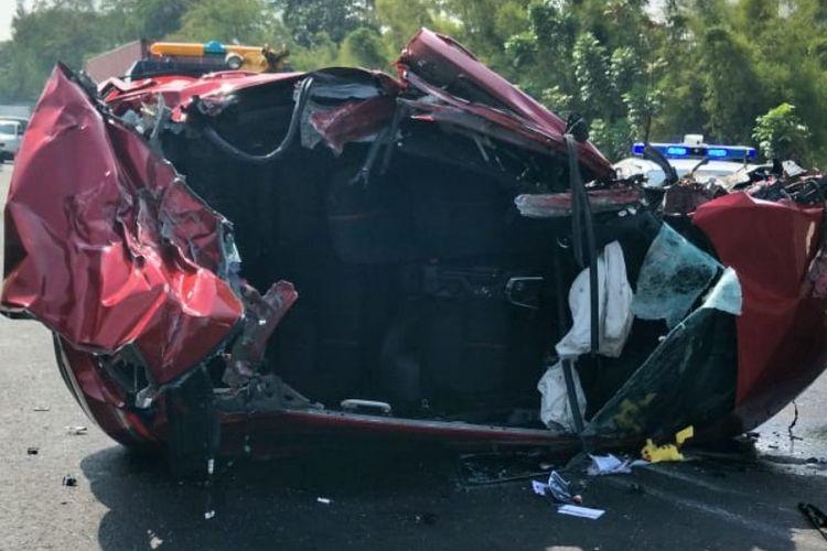 Mobil Mazda berwarna merah berpelatnomor B 900 RED yang dikemudikan oleh Berlyno Julian (19) menabrak sebuah truk trailer di bahu jalan Tol Jakarta - Bitung Tangerang KM 21.200 A pada Jumat (14/9/2018) pukul 08.20 WIB.