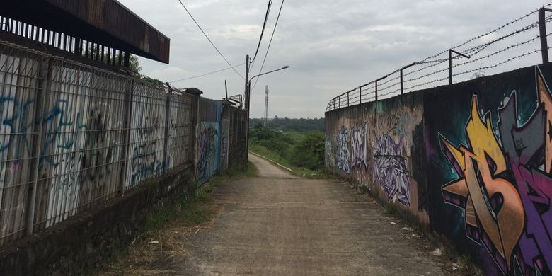 Jalan menuju Curug Parigi, di Jalan Pangkalan 5, Kampung Parigi, Kecamatan Bantargebang, Kota Bekasi, Jawa Barat, Jumat (5/1/2017).