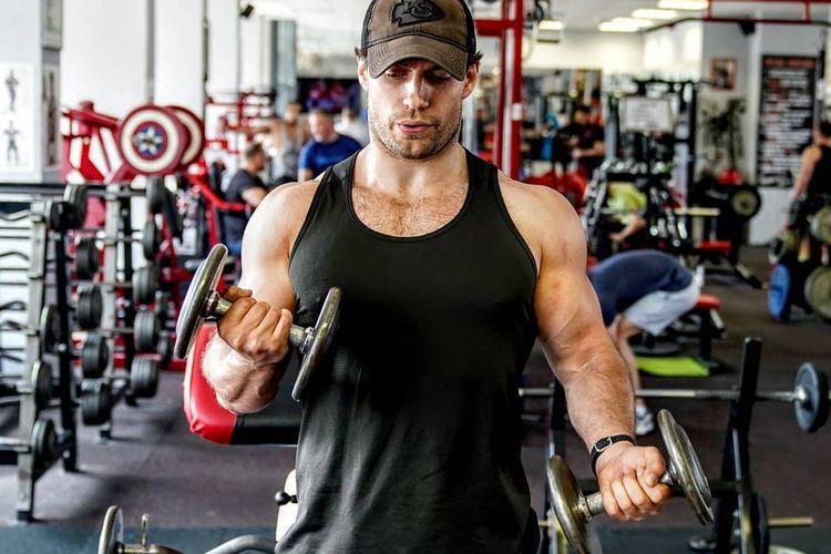 Unggahan aktor Henry Cavill pada akun Instagramnya ketika sedang berlatih beban di salah satu pusat kebugaran.