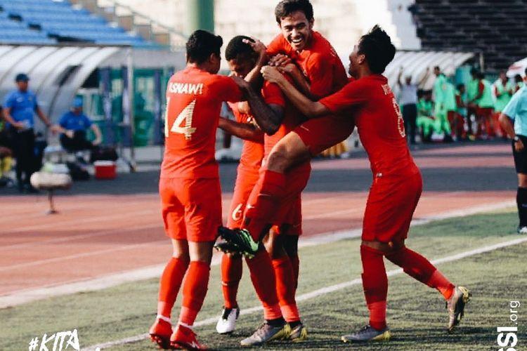 Para pemain timnas u-22 Indonesia merayakan gol Marinus Wanewar ke gawang Malaysia pada laga kedua penyisihan Grup B Piala AFF U-22 2019 di Stadion Nasional, Kamboja, Rabu (20/02/2019).