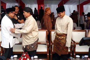 Hadiri Deklarasi Damai, Prabowo-Sandiaga Kompak Kenakan Baju Daerah