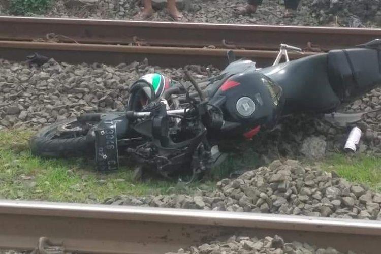 Kendaraan yang dikendarai Ade Jaenal Asikin (29), yang tewas tertabrak kereta di pintu rel kereta api Warung Bambu, Karawang Timur, Karawang, Senin (29/4/2019), lantaran nekat menerobos palang pintu rel.