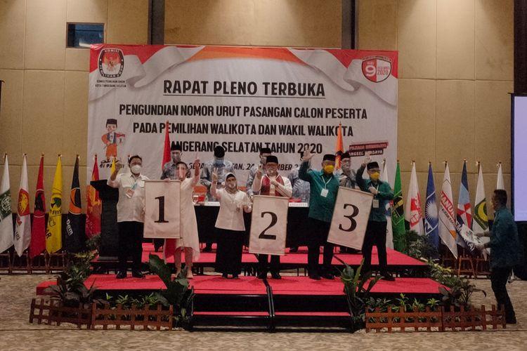 Para calon wali kota dan wakil wali kota Tangerang Selatan (Tangsel) menunjukkan nomor urut untuk Pilkada Tangsel 2020, Kamis (24/9/2020).
