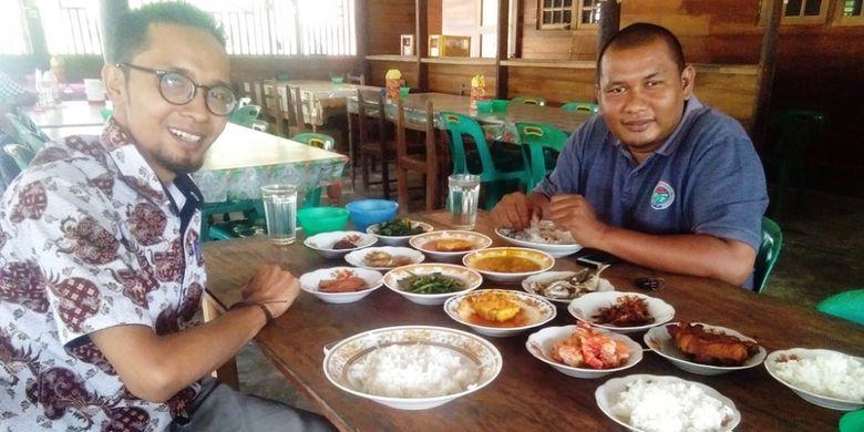 Pengunjung bersantap Rumah Makan Basarah, Desa Sarah Teube, Kecamatan Rantau Selamat, Kabupaten Aceh Timur, Aceh, Senin (8/10/2018).