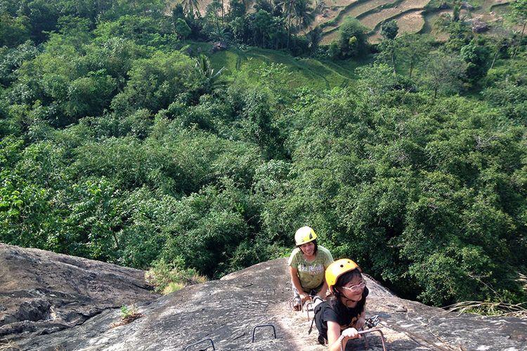 Memanjat tebing Gunung Parang, Purwakarta, menggunakan teknik yang disebut via ferrata atau naik menggunakan tangga baja, Minggu (2/7/2017)