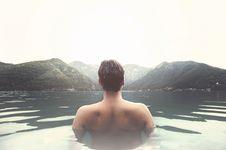 Berenang di Kolam Air Dingin, Alternatif Solusi Atasi Depresi