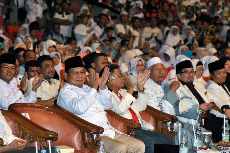 Ketua Umum Partai Gerindra Prabowo Subianto (kiri) bersama Presiden Partai Keadilan Sejahtera (PKS) Sohibul Iman (keempat kanan) dan tokoh serta ulama PKS menghadiri acara puncak Milad ke-20 PKS di Sentul Internasional Convention Center, Kabupaten Bogor, Jawa Barat, Minggu (13/5). Acara Puncak Milad ke-20 PKS yang dihadiri sedikitnya 50 ribu kader dan simpatisan dari berbagai daerah di Indonesia tersebut mengambil tema Ayo Lebih Baik untuk Indonesia Lebih Baik. ANTARA FOTO/Arif firmansyah/ama/18