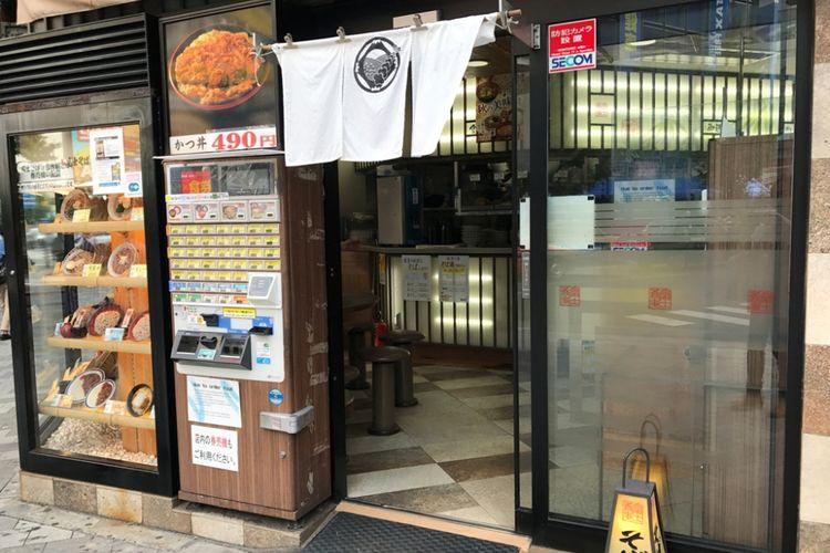 Pintu masuk ke restoran mie soba ini berada tepat di sudut tempat kedua jalan bertemu