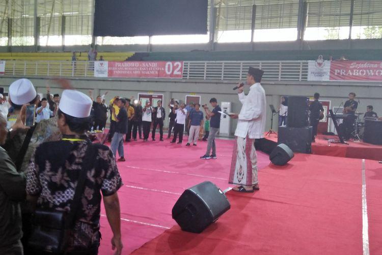 Sandiaga Salahuddin Uno mengenakan sarung tenun yang diberikan oleh warga dalam acara penguatan ekonomi lokal di WEP, Gresik.