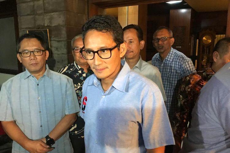 Calon wakil presiden nomor urut 02, Sandiaga Uno, bertemu dengan putra mantan Gubernur DKI Jakarta Ali Sadikin, Boy Sadikin (kiri), di kediaman Boy, di kawasan Jakarta Pusat, Kamis (21/3/2019).