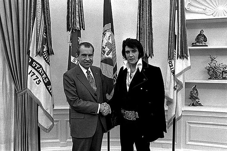 Elvis Presley berjabat tangan dengan mantan Presiden AS, Richard Nixon di Gedung Putih pada 21 Desember 1971.