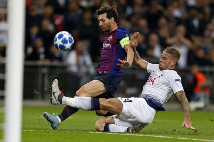 Toby Alderweireld menekel Lionel Messi saat Tottenham Hotspur vs Barcelona beradu dalam lanjutan Liga Champions di Stadion Wembley, 3 Oktober 2018.