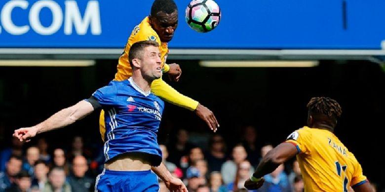 Striker Crystal Palace, Christian Benteke, dan bek Chelsea, Gary Cahill, berduel di udara pada pertandingan Premier League di Stamford Bridge, Sabtu (1/4/2017).
