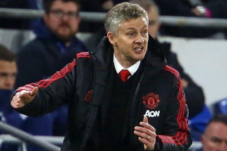 Ole Gunnar Solskjaer tampak memberi instruksi di tepi lapangan pada laga Cardiff City vs Manchester United dalam lanjutan Liga Inggris, 22 Desember 2018.