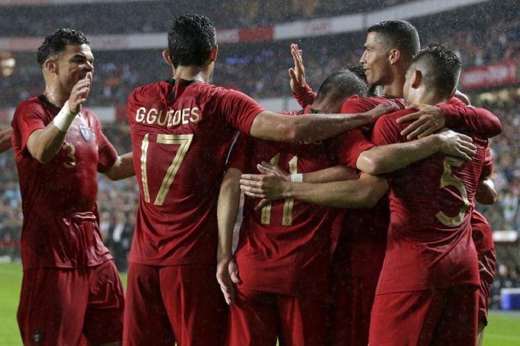 Para pemain timnas Portugal merayakan gol Goncalo Guedes ke gawang Aljazair pada laga uji coba di Lisbon, 7 Juni 2018.