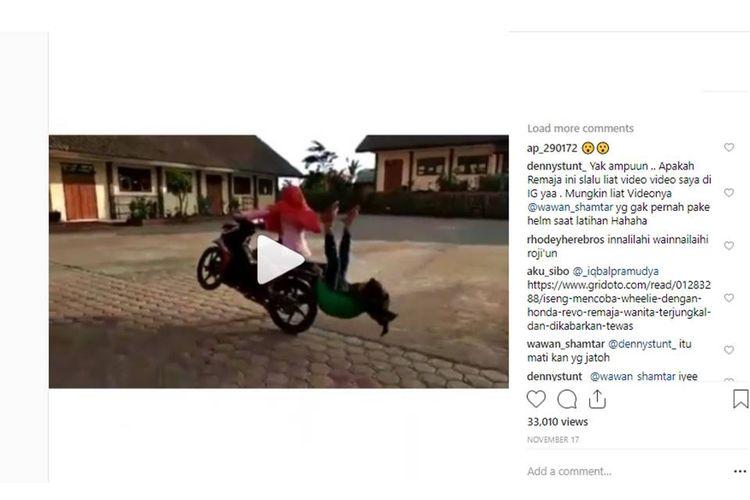 Sebuah video yang viral menunjukkan seorang remaja yang dibonceng temannya terjungkal. Informasi yang beredar menyebutkan remaja itu meninggal dunia, namun informasi ini hoaks alias tidak benar.