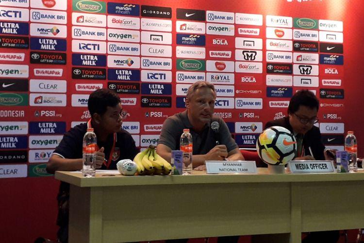 Pelatih Tim Nasional Myanmar Antoine John Paul Hey dalam jumpa pers usai laga ujicoba Indonesia kontra Myanmar di Stadion Wibawa Mukti, Cikarang, Rabu (10/10/2018).  Pada laga tersebut, Myanmar kalah dengan skor 0-3.