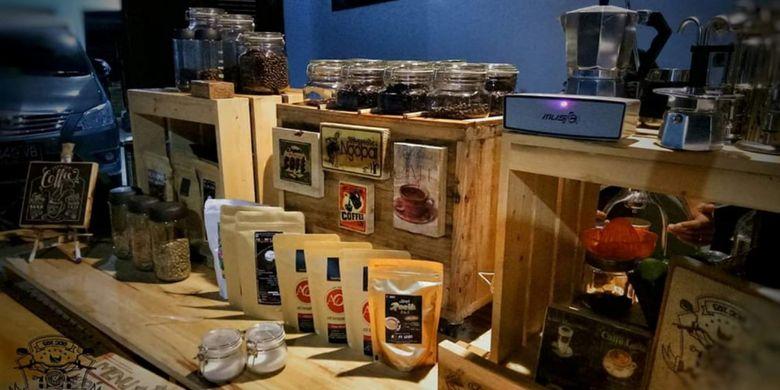 Berbagai jenis kopi Nusantara di warung kopi milik Novian di Banyuwangi, Jawa Timur.