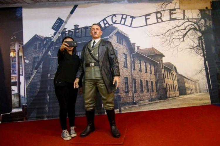 Patung Hitler di De Arca Statue Art Museum, Yogyakarta yang akhirnya disingkairkan karena menjadi sorotan dunia.