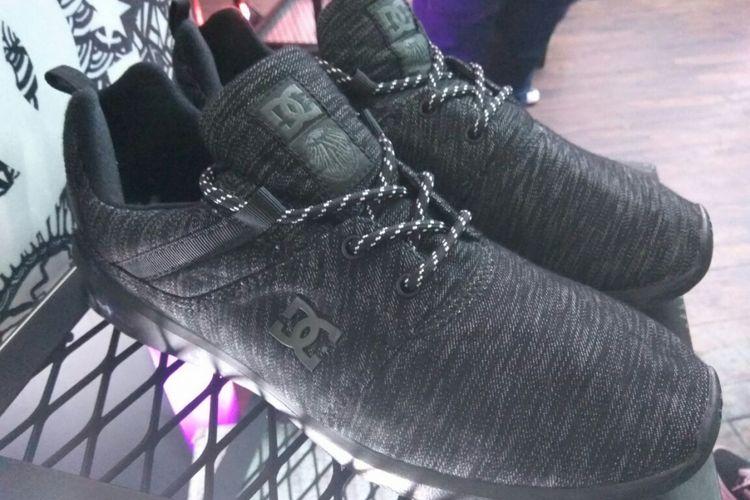 Salah satu produk DC Shoes yang memakai karya Darbotz