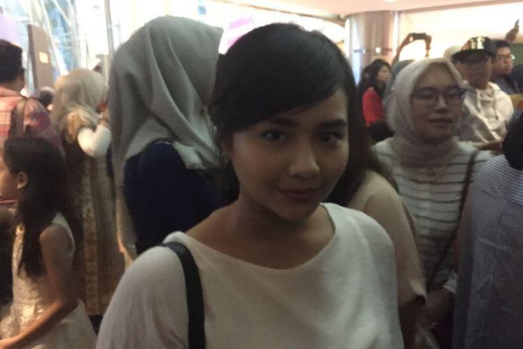 Penyanyi Gita Gutawa terpukau menyaksikan pertunjukan drama musikal Petualangan Sherina yang digelar di Teater Jakarta, Taman Ismail Marzuki (TIM), Jakarta Pusat pada Minggu (17/9/2017) sore.