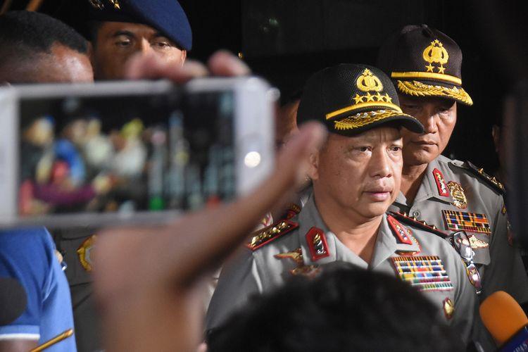 Kapolri Jenderal Pol Tito Karnavian (tengah) memberi keterangan pada wartawan usai meninjau rutan cabang Salemba Mako Brimob Kelapa Dua pasca kerusuhan di Depok, Jawa Barat, Kamis (10/5/2018).