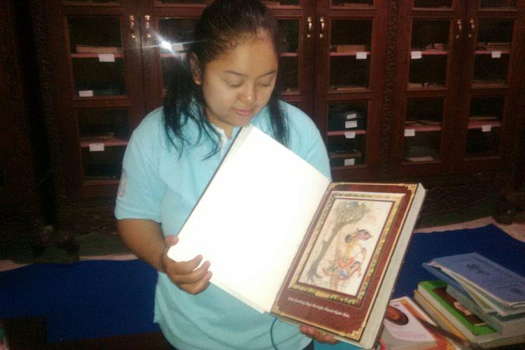 Pengelola naskah kuno Museum Radya Pustaka, Kurnia Heniwati (35) menunjukkan naskah kuno koleksi Museum Radya Pustaka di Solo, Jawa Tengah, Jumat (3/8/2018).