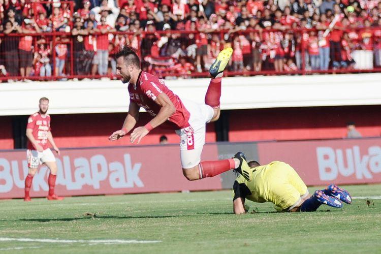 Ilija Spasojevic dijegal kiper pengganti Persela, M.Ridwan saat kedua tim berlaga di Stadion Kapten I Wayan Dipta Gianyar, Selasa (11/9/2018)