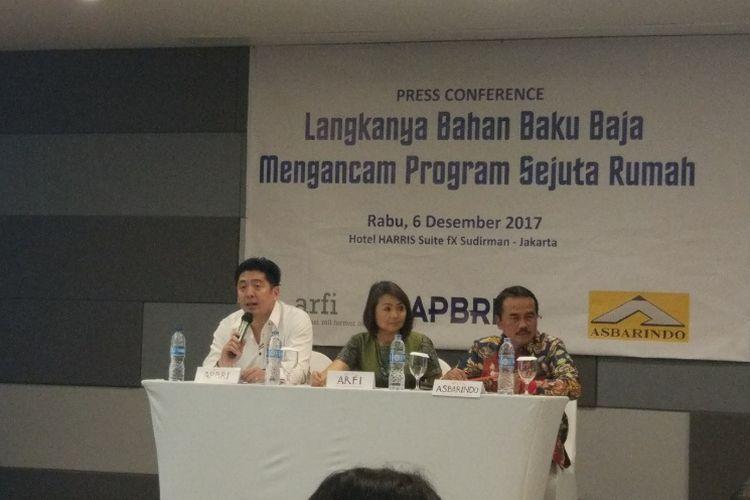 Asosiasi Roll Former Indonesia (ARFI), Asosiasi Produsen Baja Ringan Indonesia (APBRI) dan Asosiasi Baja Ringan dan Atap Ringan Indonesia (Asbarindo) saat konferensi pers, Rabu (6/12/2017)