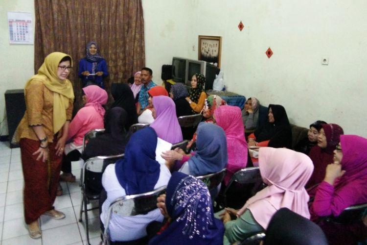 Calon wali kota Bandung Nurul Arifin berada di rumah seorang warga Gang Bapak Suhaya RW 05 Kelurahan Nyengseret, Kecamatan Astana Anyar, Kota Bandung, dalam rangkaian agenda kampanye Pilkada Kota Bandung 2018, Rabu (21/2/2018).