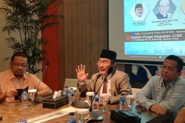 Ketua Ikatan Cendekiawan Muslim Indonesia Jimly Asshiddiqie (tengah) dalam sebuah diskusi di kantor ICMI, Jakarta, Rabu (11/7/2018)