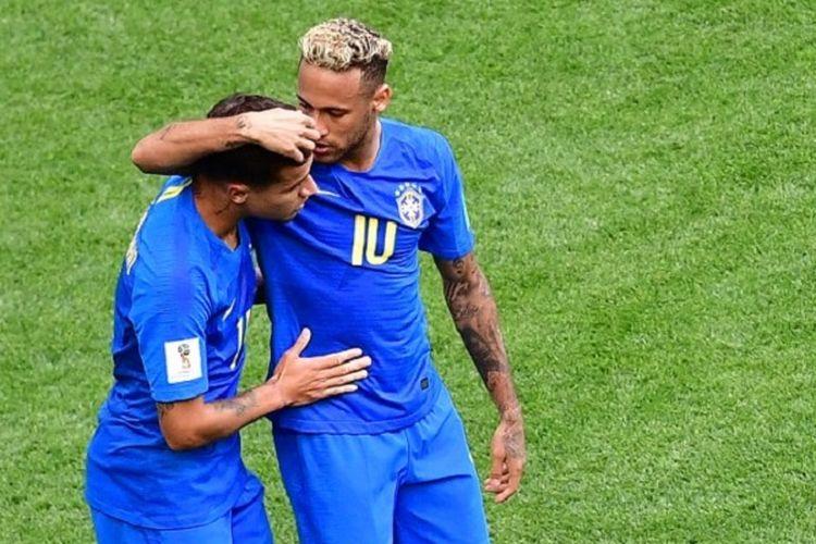 Neymar merayakan gol Philippe Coutinho ke gawang Kosta Rika pada pertandingan Grup E Piala Dunia 2018 di St. Petersburg, 22 Juni 2018.