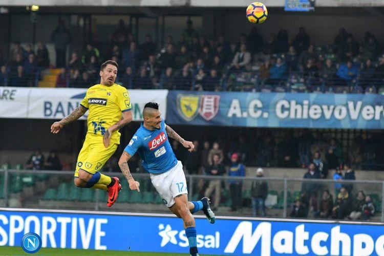 Marek Hamsik dkk gagal menjauh dari kejaran Juventus setelah bermain imbang tanpa gol di markas Chievo Verona, Minggu (5/11/2017).