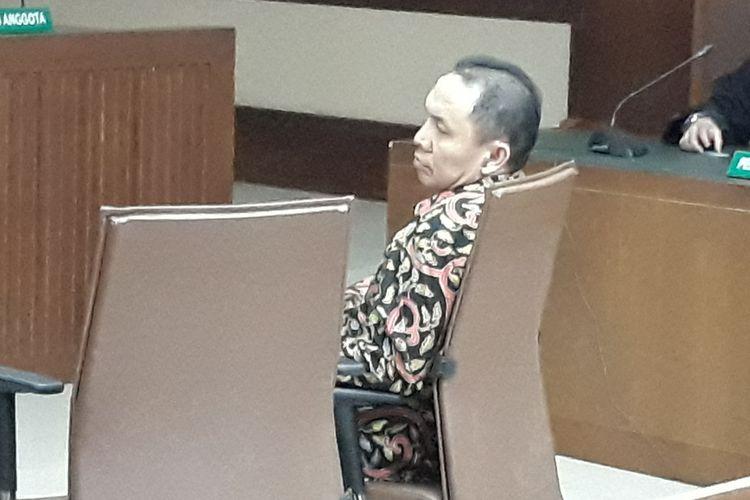 Bupati Halmahera Timur Rudy Erawan duduk di kursi terdakwa di Pengadilan Tipikor Jakarta, Rabu (6/6/2018).