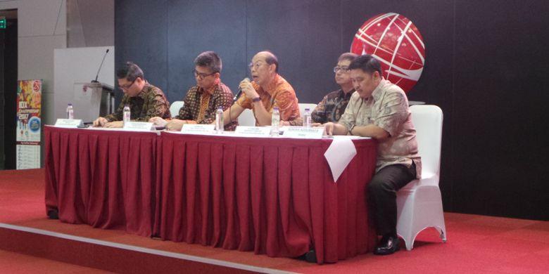 Konferensi pers yang diselenggarakan oleh direksi PT Tiga Pilar Sejahtera Food Tbk di Gedung BEI, Jakarta Selatan, Selasa (25/7/2017). Turut hadir Juru Bicara PT Indo Beras Unggul (anak usaha PT TPS Food) Jo Tjong Seng (kedua dari kanan).