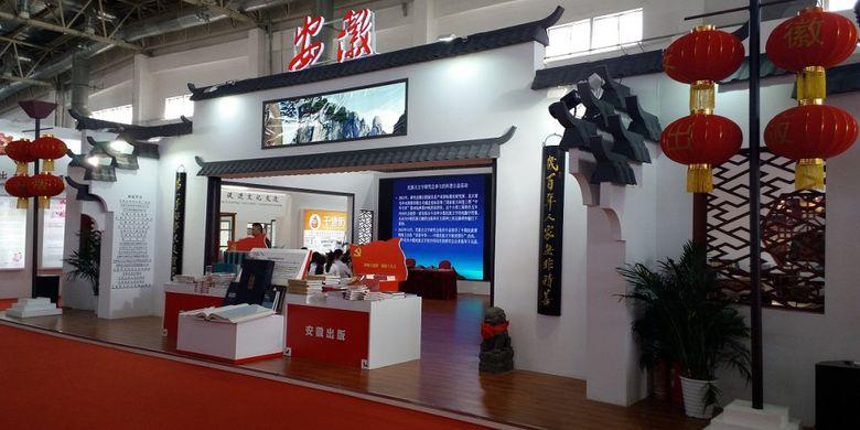 Salah satu penerbit buku dari China tampil dengan stan berbentuk bangunan khas negaranya dalam acara Beijing International Book Fair 2017 yang diadakan pada 23-27 Agustus 2017 di Beijing, China.
