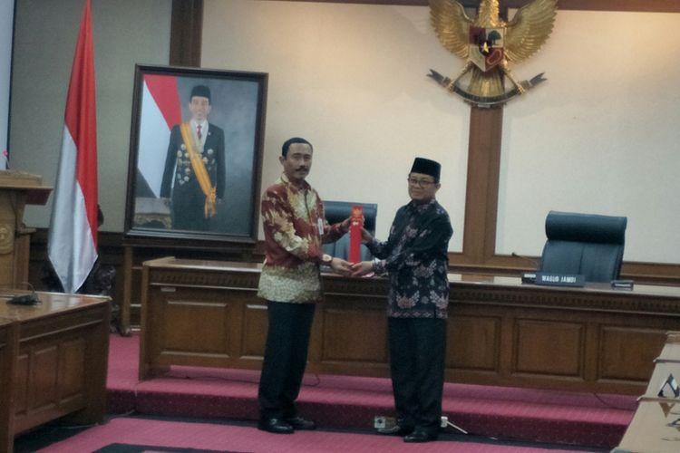 Kementerian Dalam Negeri (Kemendagri) secara resmi menyerahkan surat keputusan (SK) penunjukan Wakil Gubernur Jambi Fachrori Umar sebagai pelaksana tugas (Plt) Gubernur Jambi, Rabu (10/4/2018).