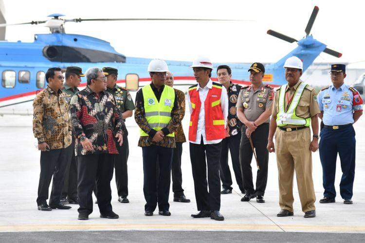 Presiden Joko Widodo meninjau proyek pembangunan Bandara Internasional Jawa Barat (BIJB), Kertajati Kabupaten Majalengka, Jawa Barat, Selasa (17/4/2018).