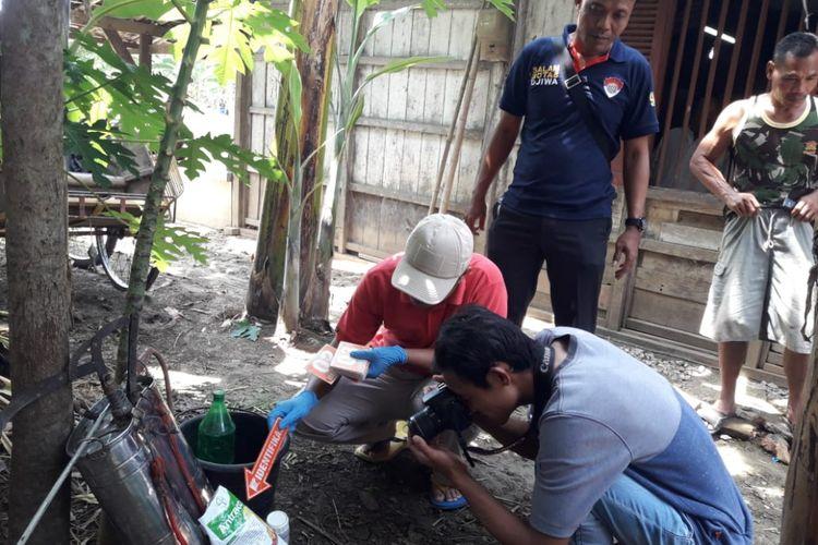 Polisi memeriksa obat pembasmi serangga? yang digunakan korban tewas,Siswanto (62), warga Dusun Pendem, Desa Menduran, Kecamatan Brati, Kabupaten Grobogan, Jawa Tengah?, Sabtu (12/1/2019) siang sekitar pukul 13.00 WIB.? ?