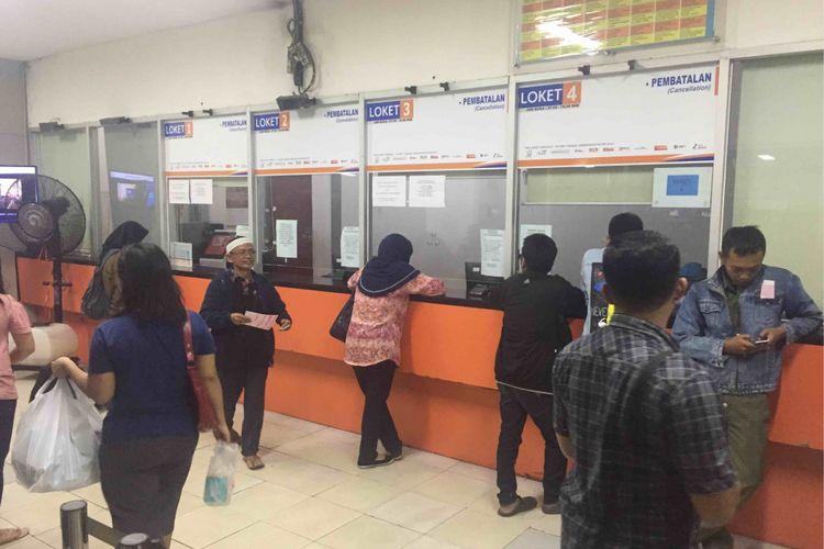 Sejumlah calon penumpang kereta api di Stasiun Pasar Senen, Jakarta Pusat harus menunggu hingga berjam-jam untuk bisa melakukan pembatalan tiket kereta.