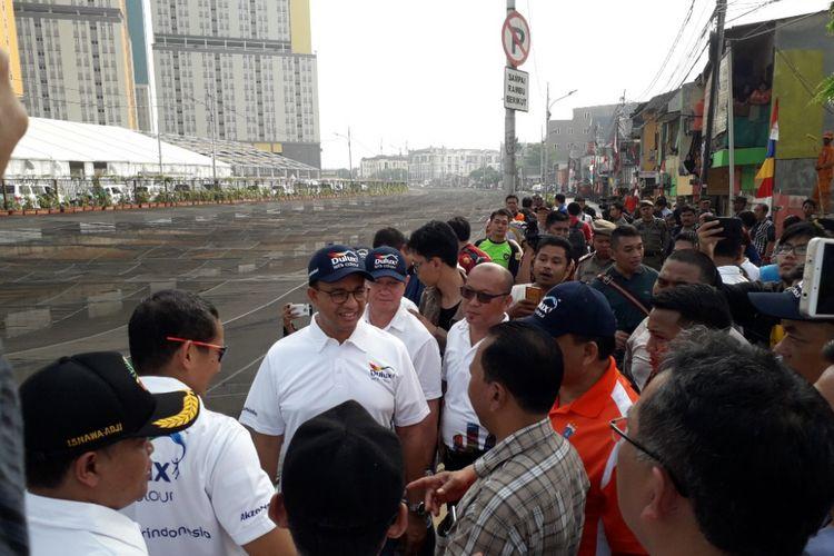 Gubernur DKI Jakarta Anies Baswedan meninjau lokasi Kali Item, Kemayoran, yang telah ditutupi kain waring berwarna hitam, Sabtu (20/7/2018).