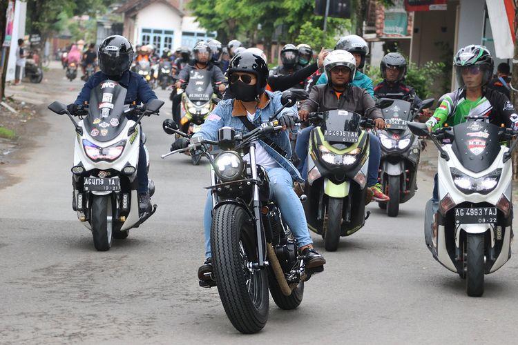 Bupati Trenggalek Jawa Timur, Mochammad Nur Arifin (depan) bersama motor Bobber-nya.