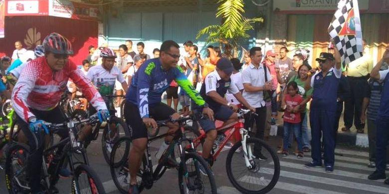 Wajah ceria jelas terpancar dari mereka yang akan menempuh jarak 15km saat dilepas Walikota Ambon, Richard Louhenapessy, SH yang didampingi Asisten Deputi Pengembangan Olahraga Tradisional dan Layanan Khusus Kemenpora, Bayu Rahadian, Sabtu (3/11/2018).