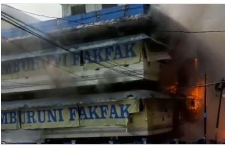 Pasar Thumburuni di Fakfak yang dibakar massa pada kerusuhan yang pecah di kabupaten Fakfak, Papua Barat, Rabu (21/8/2019) pagi. (Dok. Instagram @makassar_jobb. )