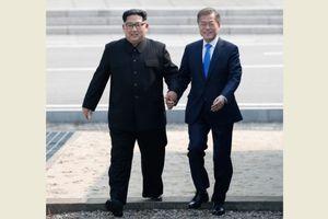 Senyum Kim dan Moon Saat Bergandengan Tangan Lewati Garis Perbatasan