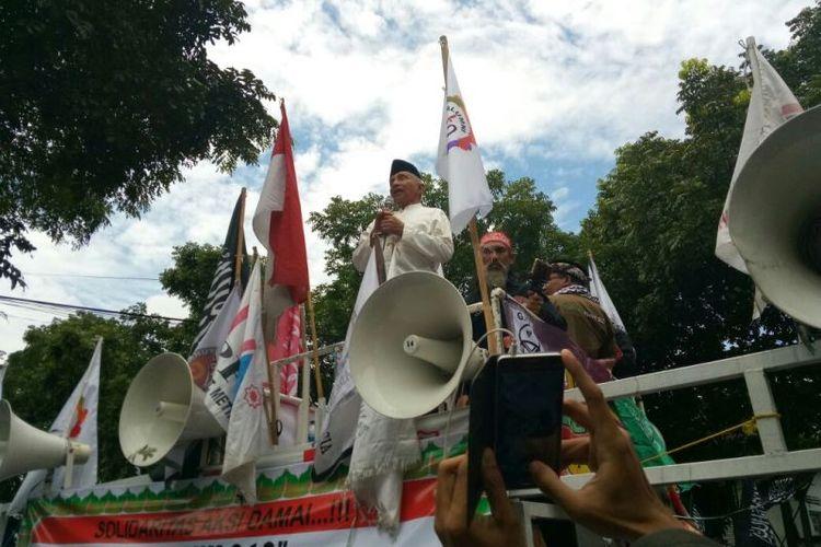 Dewan Pembina Presidium Alumni 212 Amien Rais hadir di lokasi sidang vonis Buni Yani di Gedung Dinas Perpustakaan dan Kearsipan, Kota Bandung, di Jalan Seram, Bandung, tempat sidang vonis Buni berlangsung, Selasa (14/11/2017). Dia juga sempat berorasi bersama massa pendukung Buni Yani di depan gedung.