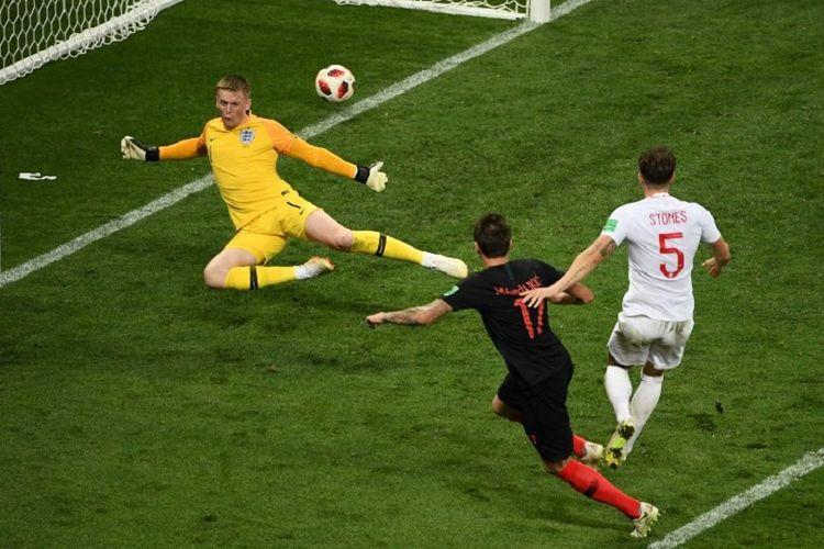 Mario Mandzukic mencetak gol ke gawang Jordan Pickford dalam laga Kroasia vs Inggris pada babak semifinal Piala Dunia 2018 di Stadion Luzhniki, 11 Juli 2018.