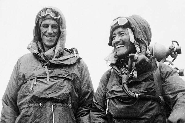 Keberhasilan Edmund Hillary (kiri) setelah mencapai puncak Everest